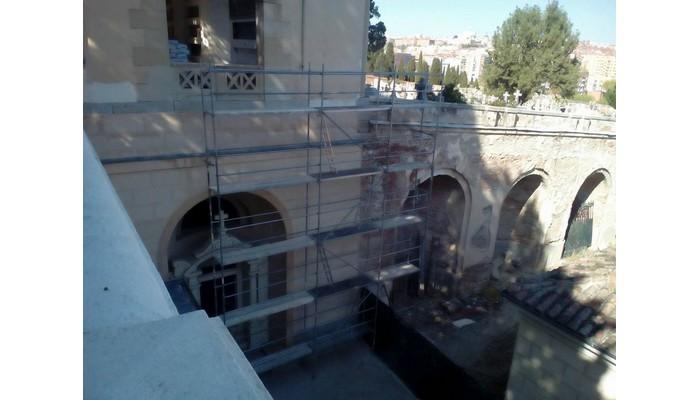 Montaje en distintas fases de andamio europeo para la restauración de parte del muro del Cementerio de San Isidro.